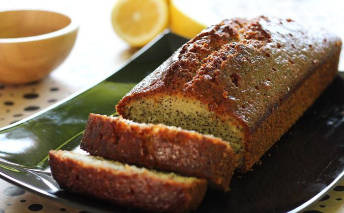 Πεντανόστιμο κέικ λεμονιού με παπαρουνόσπορο