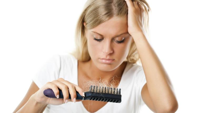 Γιατί το καλοκαίρι «χάνουμε» περισσότερα μαλλιά;