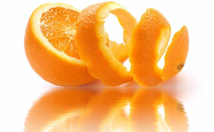 Φλούδα πορτοκαλιού: 2 έξυπνοι τρόποι να τη χρησιμοποιήσετε