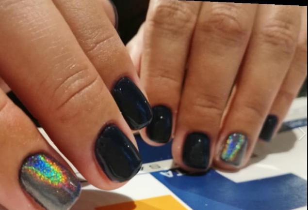 Dark blue nails: Με σκόνη rainbow είναι ακόμη πιο εντυπωσιακά!