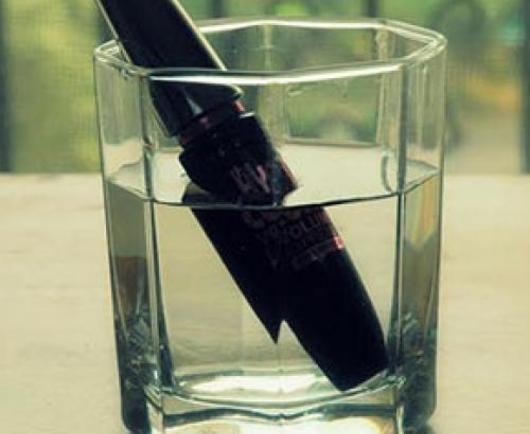 Γιατί να βάλεις τη μάσκαρά σου σε ποτήρι με νερό!