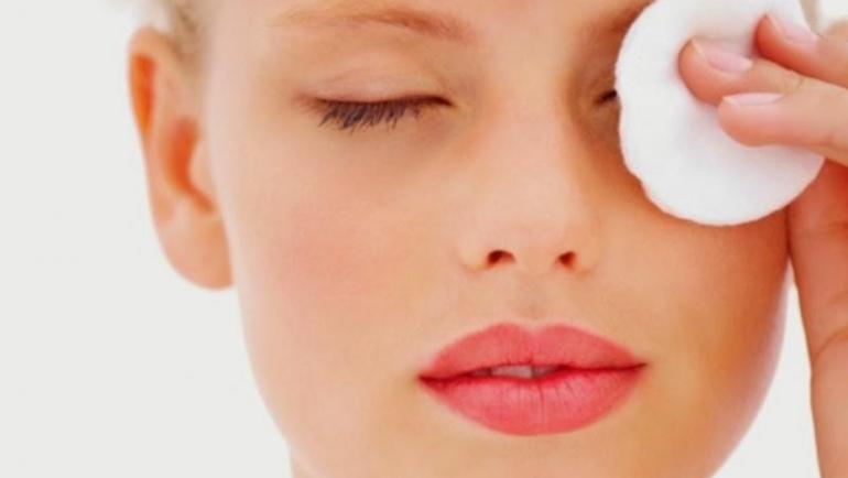 Αυτά είναι τα μυστικά του σωστού ντεμακιγιάζ ματιών