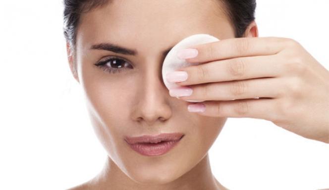 5 λάθη που κάνεις όταν αφαιρείς το μακιγιάζ από τα μάτια σου