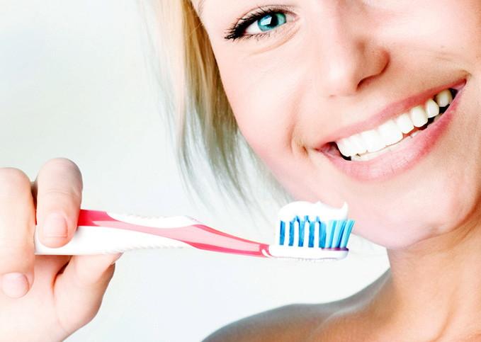 Τα 5 λάθη που κάνουμε όταν βουρτσίζουμε τα δόντια μας