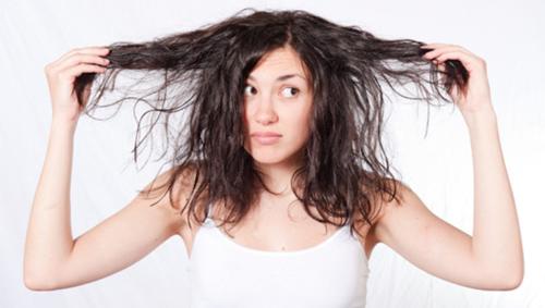 Λιπαρά μαλλιά: 3 λάθη που κάνεις και λαδώνουν γρήγορα!