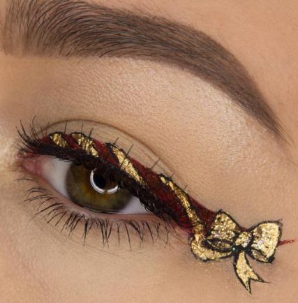 «Christmas» eyeliner trend: Θα το τολμήσετε;