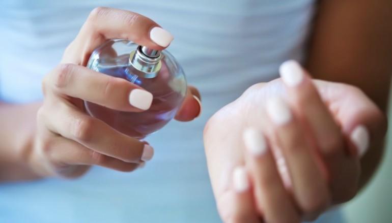 Κάνε το άρωμα σου να κρατάει περισσότερο με ένα απίστευτο τρικ