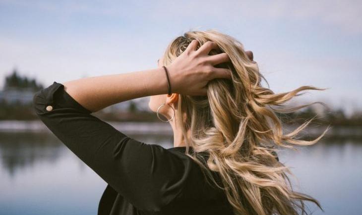 Αυτές είναι οι αιτίες που προκαλούν λιπαρότητα στα μαλλιά σου και τι να κάνεις