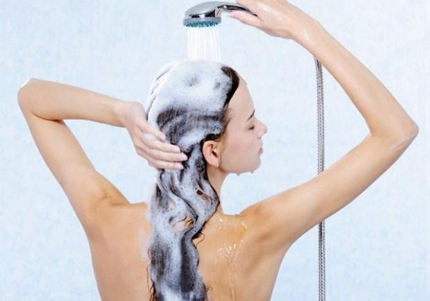 Τα λάθη στο λούσιμο που καταστρέφουν τα μαλλιά μας