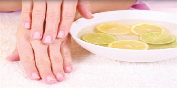 Ξεβάψτε τα νύχια σας χωρίς ασετόν