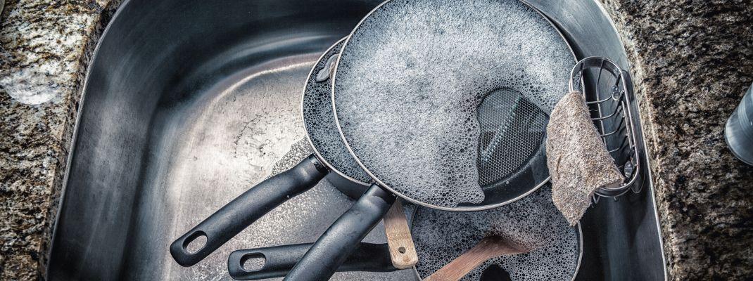 Έτσι θα καθαρίσετε τα καμένα λίπη και τρόφιμα από τα σκεύη σας