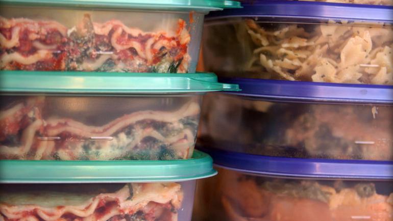 Πλαστικά στον φούρνο μικροκυμάτων: Οι 3 κίνδυνοι για την υγεία