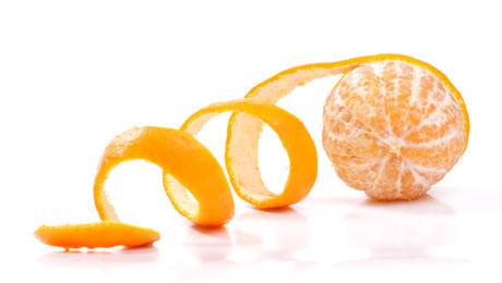 Φλούδα πορτοκαλιού: 2 έξυπνοι τρόποι να τη χρησιμοποιήσετε ως προϊόν ομορφιάς