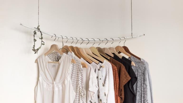 Clothing racks: Η νέα τάση που πρέπει να εφαρμόσεις στο σπίτι σου!