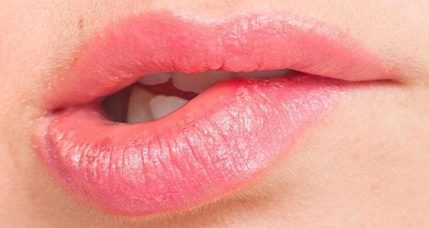 Γιατί δαγκώνουμε τα χείλη μας; Ποια τα αίτια και πώς αντιμετωπίζεται;