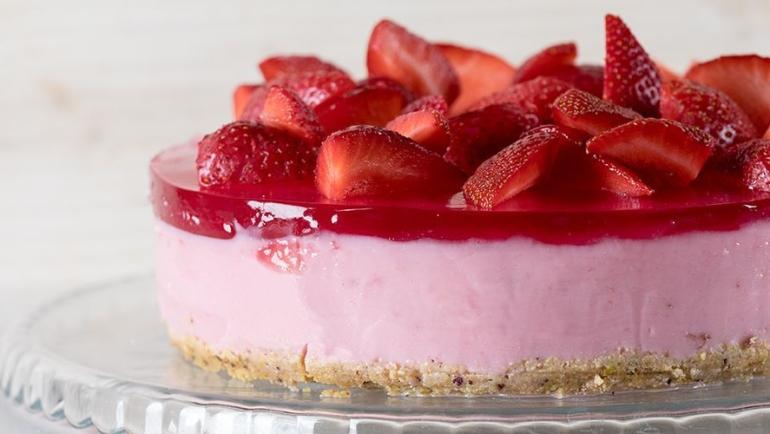 Γιαουρτογλυκό με ζελέ και φράουλες – Δες πώς θα το φτιάξεις βήμα-βήμα