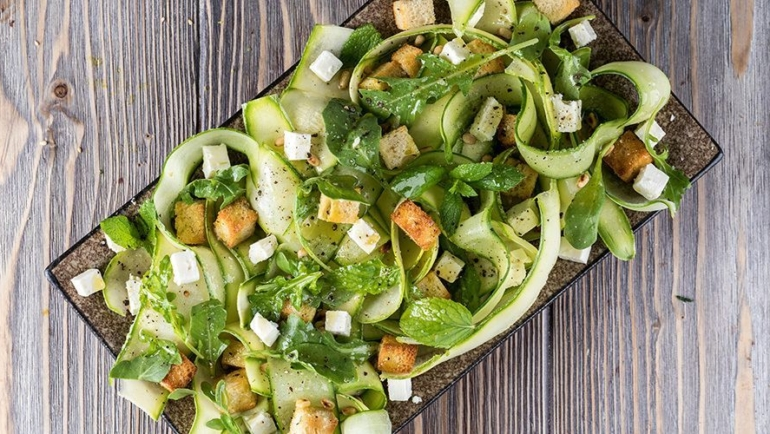 Καλοκαιρινή σαλάτα με αγγούρια και κολοκυθάκια