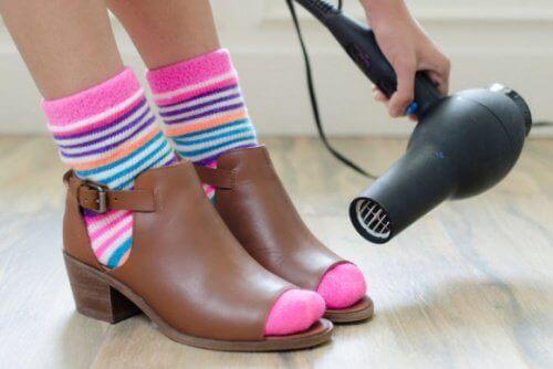 Πώς να «ανοίξεις» τα στενά παπούτσια