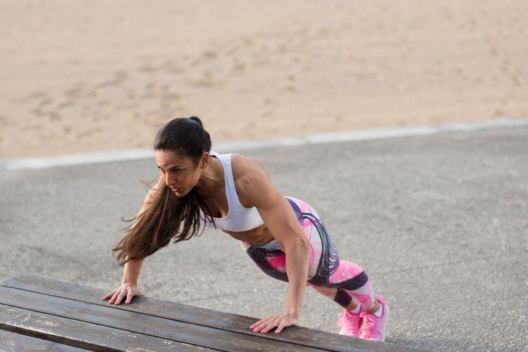 Πέντε ασκήσεις που θα ανορθώσουν φυσικά το στήθος σας