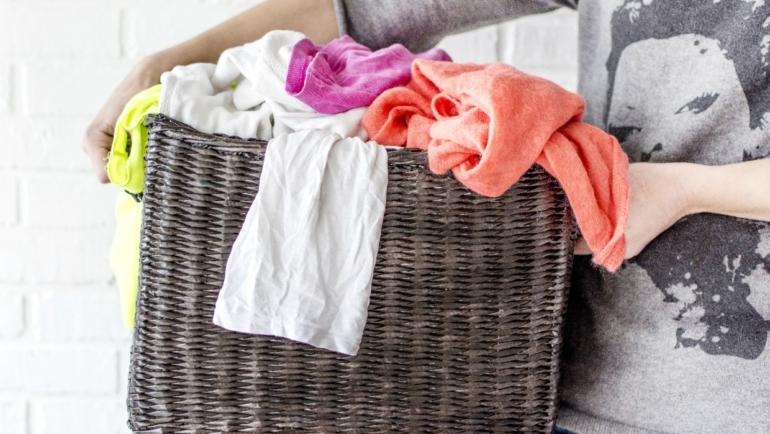 Μπήκαν τα ρούχα στο πλύσιμο; Δες τι να κάνεις πριν τα πετάξεις