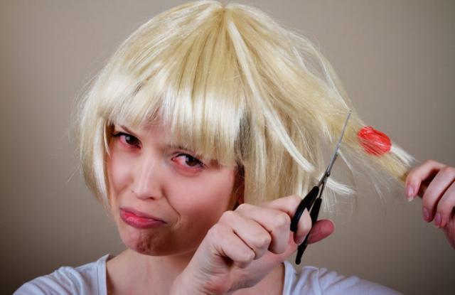 Τσίχλα στα μαλλιά; Πετάξτε αμέσως το ψαλίδι και…