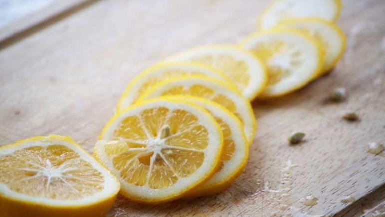 Γι΄αυτό το λόγο πρέπει να βάλεις φέτες λεμονιού δίπλα σου  πριν τον ύπνο!