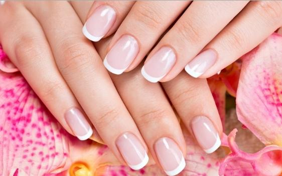 Θεραπεία Naked Manicure by Zoya στα Teta Beauty Salon